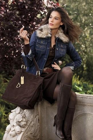 Wie kombinieren: dunkelblaue Jeansjacke, dunkelbraunes Strick Etuikleid, dunkelbraune kniehohe Stiefel aus Wildleder, dunkelbraune Shopper Tasche aus Wildleder