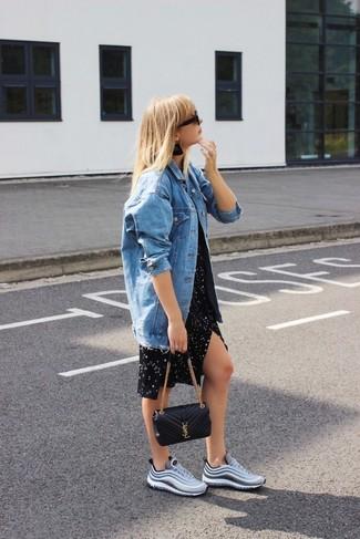 Wie kombinieren: blaue Jeansjacke, schwarzes Freizeitkleid mit Sternenmuster, graue Sportschuhe, schwarze gesteppte Leder Umhängetasche