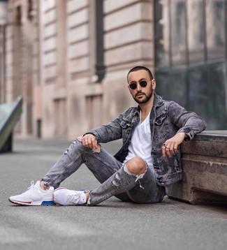 Wie kombinieren: graue Jeansjacke, weißes T-Shirt mit einem Rundhalsausschnitt, graue Jeans mit Destroyed-Effekten, weiße Sportschuhe