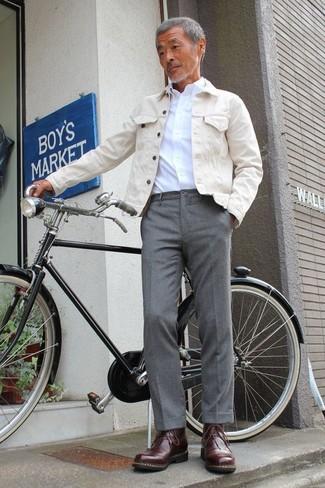 Wie kombinieren: hellbeige Jeansjacke, weißes Businesshemd, graue Anzughose, dunkelbraune Lederfreizeitstiefel