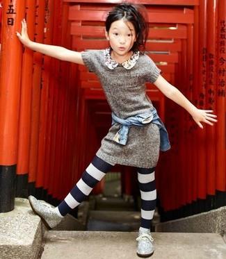 Wie kombinieren: hellblaue Jeansjacke, graues Strick Kleid, silberne Chukka-Stiefel aus Paillette, weiße und schwarze Strumpfhose