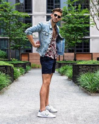 Wie kombinieren: hellblaue Jeansjacke, dunkelrotes Kurzarmhemd mit Blumenmuster, dunkelblaue Shorts, weiße niedrige Sneakers