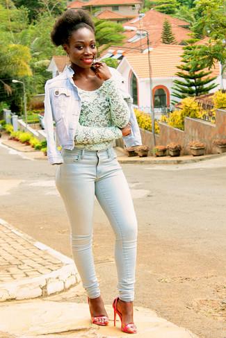 Wie kombinieren: hellblaue Jeansjacke, mintgrüne Spitze Langarmbluse, hellblaue enge Jeans, rote Leder Sandaletten