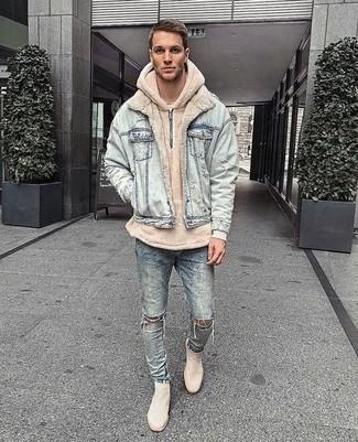 Wie kombinieren: hellblaue Jeansjacke, hellbeige Pullover mit einem Kapuze, hellblaue enge Jeans mit Destroyed-Effekten, hellbeige Chelsea-Stiefel aus Wildleder