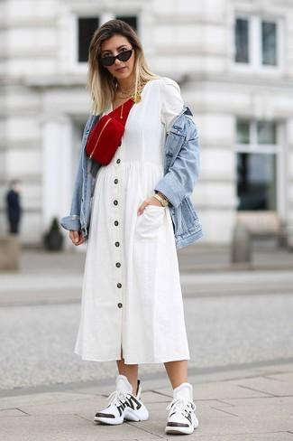 Wie kombinieren: hellblaue Jeansjacke, weißes Shirtkleid, weiße und schwarze Sportschuhe, rote Wildleder Bauchtasche