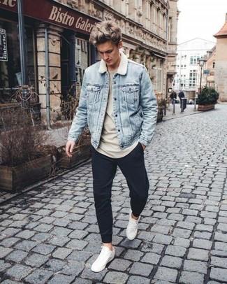 Wie kombinieren: hellblaue Jeansjacke, hellbeige Sweatshirt, schwarze Jogginghose, weiße Leder niedrige Sneakers