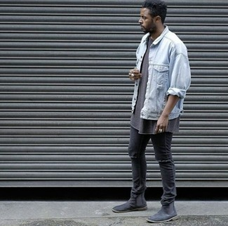 ce9164269d5fa Wie kombinieren: hellblaue Jeansjacke, braunes T-Shirt mit einem  Rundhalsausschnitt, schwarze enge
