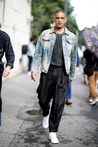 Hellblaue Jeansjacke kombinieren: trends 2020: Paaren Sie eine hellblaue Jeansjacke mit einer schwarzen Chinohose für ein sonntägliches Mittagessen mit Freunden. Machen Sie diese Aufmachung leger mit weißen Segeltuch niedrigen Sneakers.