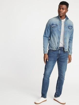 Hellblaue Jeansjacke kombinieren: trends 2020: Kombinieren Sie eine hellblaue Jeansjacke mit blauen Jeans für ein bequemes Outfit, das außerdem gut zusammen passt. Weiße Segeltuch niedrige Sneakers sind eine perfekte Wahl, um dieses Outfit zu vervollständigen.
