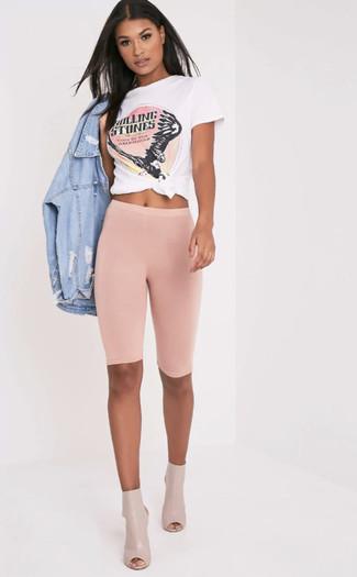 Wie kombinieren: hellblaue Jeansjacke mit Destroyed-Effekten, weißes und rosa bedrucktes T-Shirt mit einem Rundhalsausschnitt, rosa Radlerhose, hellbeige Leder Stiefeletten mit Ausschnitten