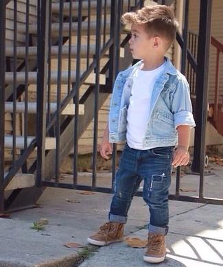 Wie kombinieren: hellblaue Jeansjacke, weißes T-shirt, dunkelblaue Jeans, braune Turnschuhe