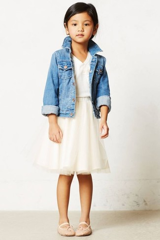 Wie kombinieren: hellblaue Jeansjacke, weißes T-shirt, hellbeige Tüllrock, hellbeige Ballerinas
