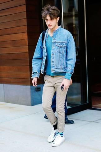 Wie kombinieren: blaue Jeansjacke, dunkeltürkiser Henley-Pullover, hellbeige Chinohose, weiße bedruckte niedrige Sneakers