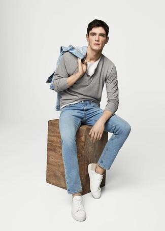 Weiße Leder niedrige Sneakers kombinieren: trends 2020: Erwägen Sie das Tragen von einer hellblauen Jeansjacke und hellblauen Jeans für ein großartiges Wochenend-Outfit. Komplettieren Sie Ihr Outfit mit weißen Leder niedrigen Sneakers.