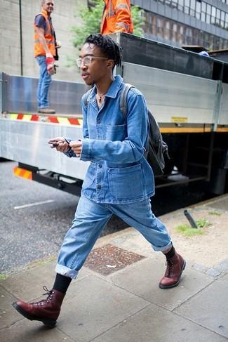 Wie kombinieren: blaue Jeansjacke, hellblaue Jeans, dunkelrote Lederfreizeitstiefel, schwarzer Leder Rucksack