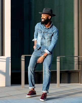 Hut kombinieren – 1200+ Herren Outfits: Für ein bequemes Couch-Outfit, kombinieren Sie eine blaue Jeansjacke mit einem Hut. Wählen Sie dunkelroten Leder niedrige Sneakers, um Ihr Modebewusstsein zu zeigen.