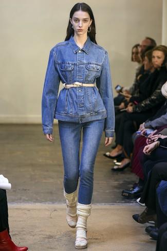 Wie kombinieren: blaue Jeansjacke, blaue Jeans, hellbeige Leder Sandaletten, hellbeige Leder Taillengürtel