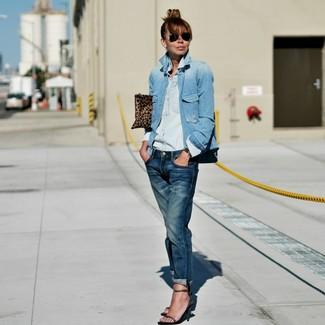 Wie kombinieren: hellblaue Jeansjacke, hellblaues Jeanshemd, dunkelblaue Boyfriend Jeans, olivgrüne Leder Sandaletten