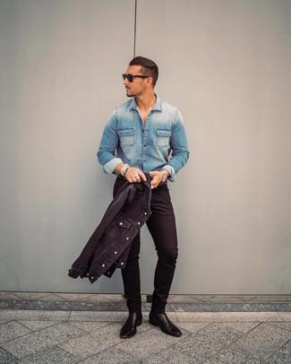 Wie kombinieren: schwarze Jeansjacke, blaues Jeanshemd, schwarze enge Jeans, schwarze Chelsea-Stiefel aus Leder