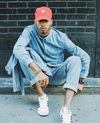 Wie kombinieren: hellblaue Jeansjacke, hellblaues Jeanshemd, hellblaue Jeans, weiße Leder niedrige Sneakers