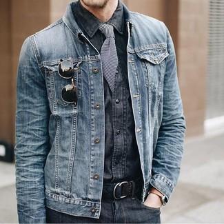 Wie kombinieren: blaue Jeansjacke, dunkelgraues Jeanshemd, dunkelgraue Jeans, schwarze und weiße horizontal gestreifte Krawatte