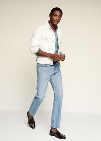 Weiße Jeansjacke kombinieren – 79 Herren Outfits: Vereinigen Sie eine weiße Jeansjacke mit hellblauen Jeans für ein großartiges Wochenend-Outfit. Fühlen Sie sich mutig? Ergänzen Sie Ihr Outfit mit schwarzen Leder Slippern.