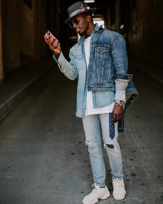 Wie kombinieren: blaue Jeansjacke, hellblaues Jeanshemd, weißes T-Shirt mit einem Rundhalsausschnitt, hellblaue Jeans mit Destroyed-Effekten