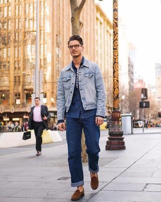 Dunkelblaues Jeanshemd kombinieren: trends 2020: Entscheiden Sie sich für ein dunkelblaues Jeanshemd und dunkelblauen Jeans für ein großartiges Wochenend-Outfit. Fügen Sie braunen Wildleder Slipper für ein unmittelbares Style-Upgrade zu Ihrem Look hinzu.
