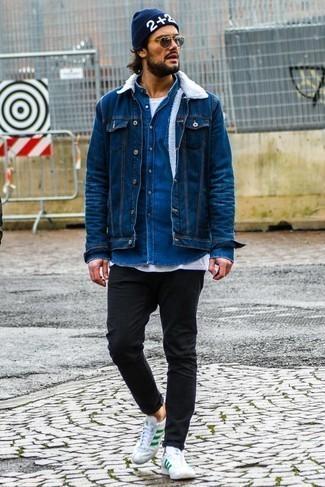 blaue Jeansjacke, blaues Jeanshemd, weißes T-Shirt mit einem Rundhalsausschnitt, schwarze enge Jeans für Herren