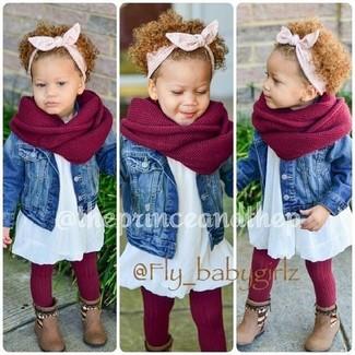 Wie kombinieren: blaue Jeansjacke, weißes Kleid, braune Stiefel, roter Schal