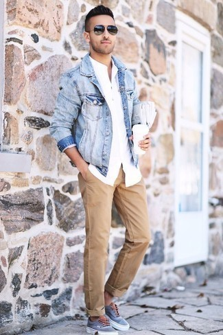 Hellblaue Jeansjacke kombinieren: trends 2020: Vereinigen Sie eine hellblaue Jeansjacke mit einer beige Chinohose, um einen lockeren, aber dennoch stylischen Look zu erhalten. Fühlen Sie sich mutig? Wählen Sie hellblauen Segeltuch niedrige Sneakers.
