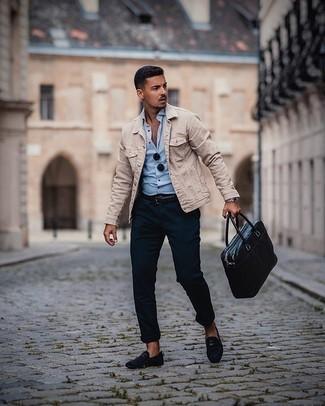 Smart-Casual Sommer Outfits Herren 2020: Kombinieren Sie eine hellbeige Jeansjacke mit einer dunkelblauen Chinohose für ein sonntägliches Mittagessen mit Freunden. Fügen Sie dunkelblauen Wildleder Slipper für ein unmittelbares Style-Upgrade zu Ihrem Look hinzu. Das Outfit wird zu Sommer pur.