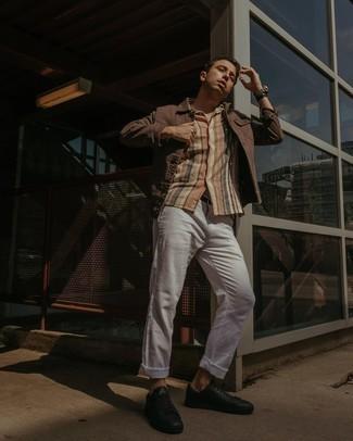 Weiße Chinohose kombinieren – 1200+ Herren Outfits: Kombinieren Sie eine braune Jeansjacke mit einer weißen Chinohose für ein großartiges Wochenend-Outfit. Fühlen Sie sich ideenreich? Entscheiden Sie sich für schwarzen Leder niedrige Sneakers.