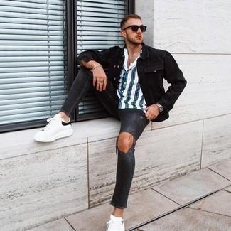Weißes und dunkelblaues vertikal gestreiftes Kurzarmhemd kombinieren – 159 Herren Outfits: Für ein bequemes Couch-Outfit, tragen Sie ein weißes und dunkelblaues vertikal gestreiftes Kurzarmhemd und dunkelgrauen enge Jeans mit Destroyed-Effekten. Ergänzen Sie Ihr Outfit mit weißen und schwarzen Leder niedrigen Sneakers, um Ihr Modebewusstsein zu zeigen.