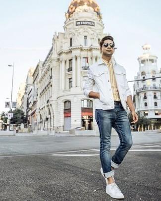 Weiße Sneakersocken kombinieren: trends 2020: Paaren Sie eine weiße Jeansjacke mit weißen Sneakersocken für einen entspannten Wochenend-Look. Fühlen Sie sich ideenreich? Entscheiden Sie sich für weißen Segeltuch niedrige Sneakers.