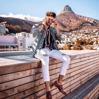 Weißes und dunkelblaues vertikal gestreiftes Kurzarmhemd kombinieren – 159 Herren Outfits: Für ein bequemes Couch-Outfit, paaren Sie ein weißes und dunkelblaues vertikal gestreiftes Kurzarmhemd mit weißen Jeans mit Destroyed-Effekten. Fühlen Sie sich mutig? Ergänzen Sie Ihr Outfit mit braunen Leder Derby Schuhen.
