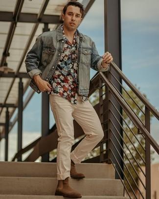 30 Jährige: Smart-Casual Outfits Herren 2020: Die Vielseitigkeit von einer hellblauen Jeansjacke und hellbeige Jeans machen sie zu einer lohnenswerten Investition. Vervollständigen Sie Ihr Outfit mit braunen Chelsea Boots aus Wildleder, um Ihr Modebewusstsein zu zeigen.