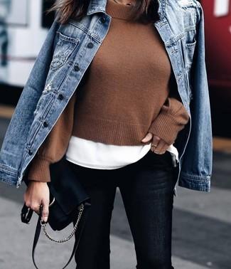 Schwarze Wildleder Umhängetasche kombinieren – 135 Damen Outfits: Um ein legeres Outfit zu erreichen, probieren Sie diese Paarung aus einer blauen Jeansjacke und einer schwarzen Wildleder Umhängetasche.