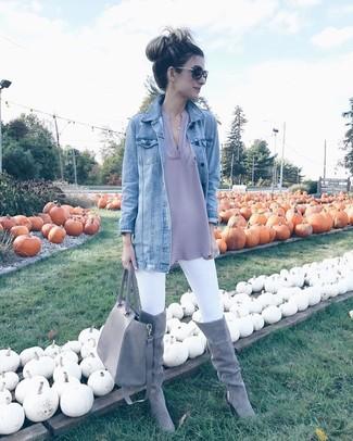 Wie kombinieren: hellblaue Jeansjacke, graue Langarmbluse, weiße enge Jeans, graue Overknee Stiefel aus Wildleder