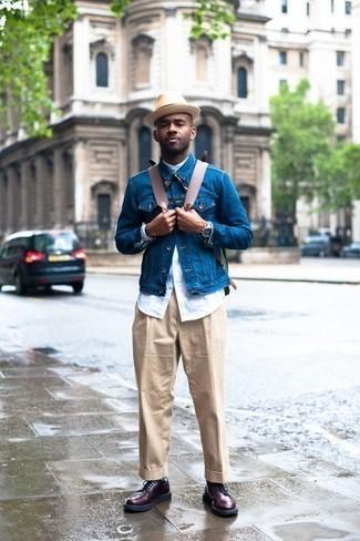 Welche Jeansjacken mit dunkelroter Freizeitstiefel zu tragen – 12 Herren Outfits: Tragen Sie eine Jeansjacke und eine hellbeige Anzughose für einen stilvollen, eleganten Look. Fühlen Sie sich ideenreich? Wählen Sie eine dunkelrote Freizeitstiefel.