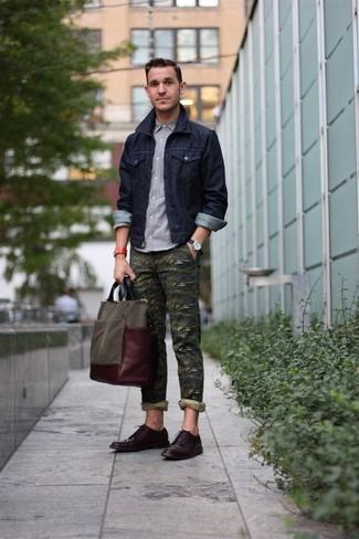 Wie kombinieren: dunkelblaue Jeansjacke, graues Langarmhemd, olivgrüne Camouflage Chinohose, dunkelbraune Leder Derby Schuhe