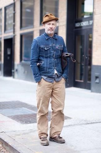 Wie kombinieren: dunkelblaue Jeansjacke, blaues Langarmhemd aus Seersucker, hellbeige Chinohose, braune Leder Derby Schuhe