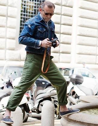 Wie kombinieren: blaue Jeansjacke, weißes Langarmhemd, olivgrüne Chinohose, dunkelblaue Leder Bootsschuhe
