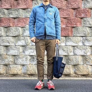 Wie kombinieren: blaue Jeansjacke, dunkelblaues Langarmhemd mit Vichy-Muster, braune Chinohose, rote Wildleder niedrige Sneakers