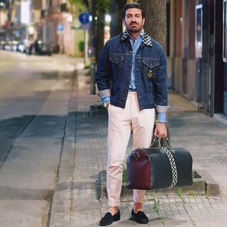 Wie kombinieren: dunkelblaue Jeansjacke, hellblaues Langarmhemd, rosa Chinohose, schwarze Wildleder Slipper mit Quasten