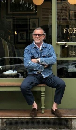 Dunkelblaue Chinohose kombinieren: trends 2020: Kombinieren Sie eine blaue Jeansjacke mit einer dunkelblauen Chinohose, um einen lockeren, aber dennoch stylischen Look zu erhalten. Komplettieren Sie Ihr Outfit mit dunkelbraunen Wildleder Slippern, um Ihr Modebewusstsein zu zeigen.