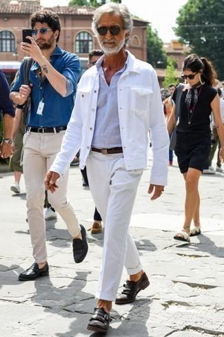 Dunkelbraunen Ledergürtel kombinieren: trends 2020: Für ein bequemes Couch-Outfit, kombinieren Sie eine weiße Jeansjacke mit einem dunkelbraunen Ledergürtel. Fühlen Sie sich mutig? Ergänzen Sie Ihr Outfit mit dunkelbraunen Monks aus Leder.