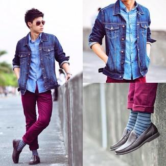 Blaue horizontal gestreifte Socken kombinieren: trends 2020: Eine blaue Jeansjacke und blaue horizontal gestreifte Socken vermitteln eine sorglose und entspannte Atmosphäre. Ergänzen Sie Ihr Outfit mit dunkelbraunen Leder Mokassins, um Ihr Modebewusstsein zu zeigen.