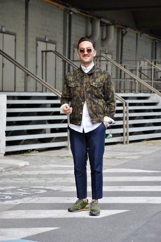 Weißes Langarmhemd kombinieren: trends 2020: Tragen Sie ein weißes Langarmhemd und eine dunkelblaue Chinohose für einen bequemen Alltags-Look. Wenn Sie nicht durch und durch formal auftreten möchten, vervollständigen Sie Ihr Outfit mit dunkelgrünen Sportschuhen.