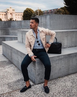 Smart-Casual Sommer Outfits Herren 2020: Paaren Sie eine hellbeige Jeansjacke mit einer dunkelblauen Chinohose, um einen lockeren, aber dennoch stylischen Look zu erhalten. Fühlen Sie sich ideenreich? Wählen Sie schwarzen Wildleder Slipper. Ein super Look für den Sommer.